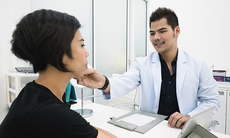 แพทย์จะต้องประเมินสาเหตุการเกิดร่องแก้มลึกของคนไข้แต่ละเคส