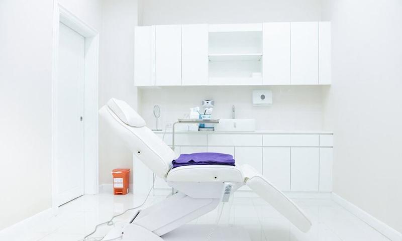 ลักษณะเครื่องมือฉีดผิวขาวและอุปกรณ์การแพทย์ที่สะอาด