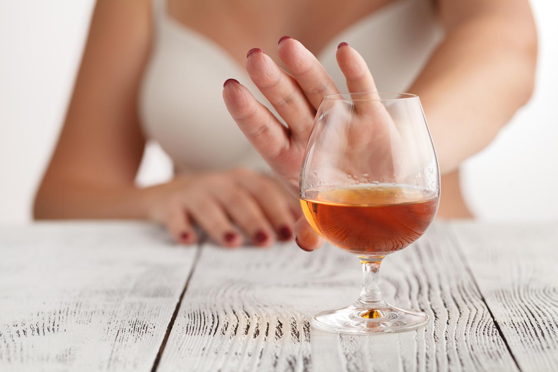 หลีกเลี่ยงแอลกอฮอล์ช่วยแก้ปัญหาปากแห้ง